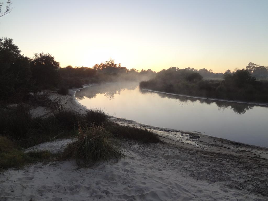 Sonnenaufgang an einem Bach mit Badestrand im Landesinneren von Uruguay