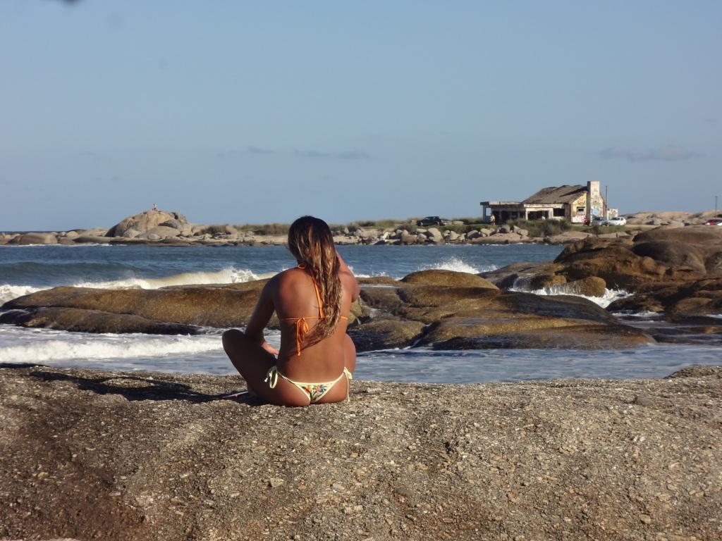 Frau am Strand in Uruguay