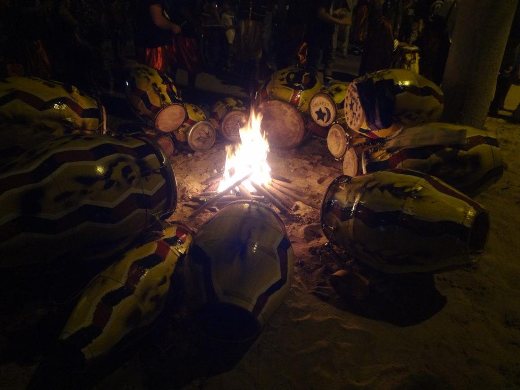 Ritual: Trommelfell anwärmen vor dem Umzug der Llamada Gruppen in Uruguay